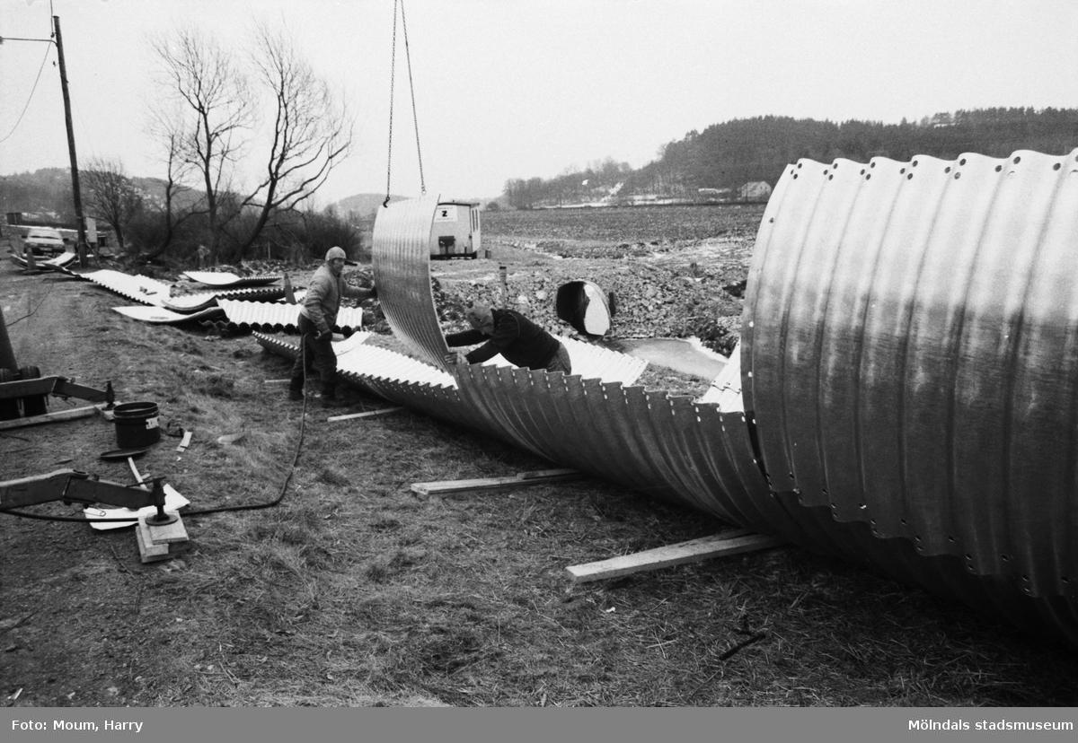 """Kålleredsbäcken läggs i kulvert i Rävekärr, år 1984. """"Karl Johansson och Kurt Strever i monteringstagen vid Kålleredsbäcken.""""  För mer information om bilden se under tilläggsinformation."""