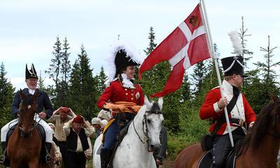 Mann i prinsekostyme kommer ridende med dansk flagg. Foto/Photo
