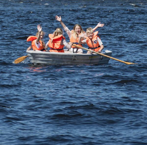 """Skoleelever i robåt under """"Skog og vann"""" 10/6 2014. Foto/Photo"""