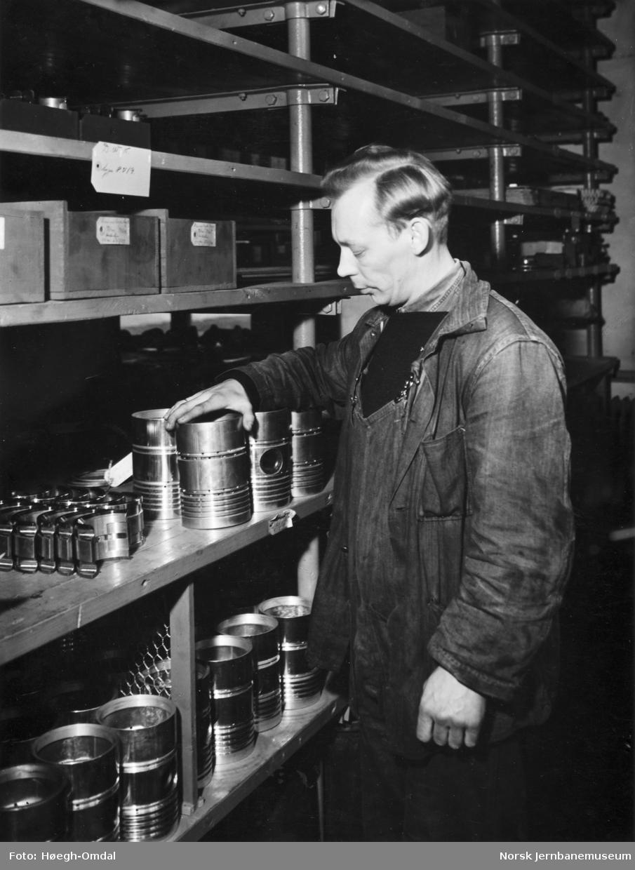Verkstedet Marienborg - forrådet, lagerbetjent O. Fjelldal på motorlageret