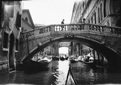 Drottning Victorias bilder. Bro över kanal i Venedig.