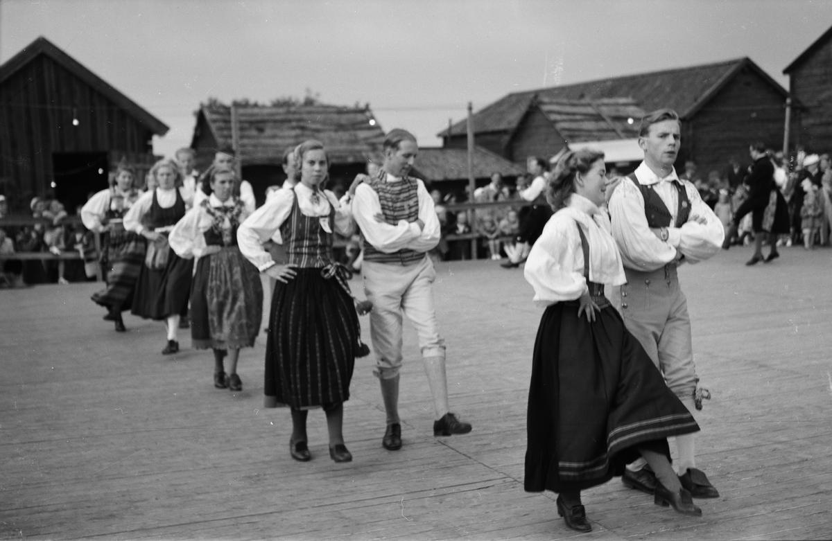 Folkdansuppvisning på friluftsmuseet Disagården, Gamla Uppsala augusti 1948
