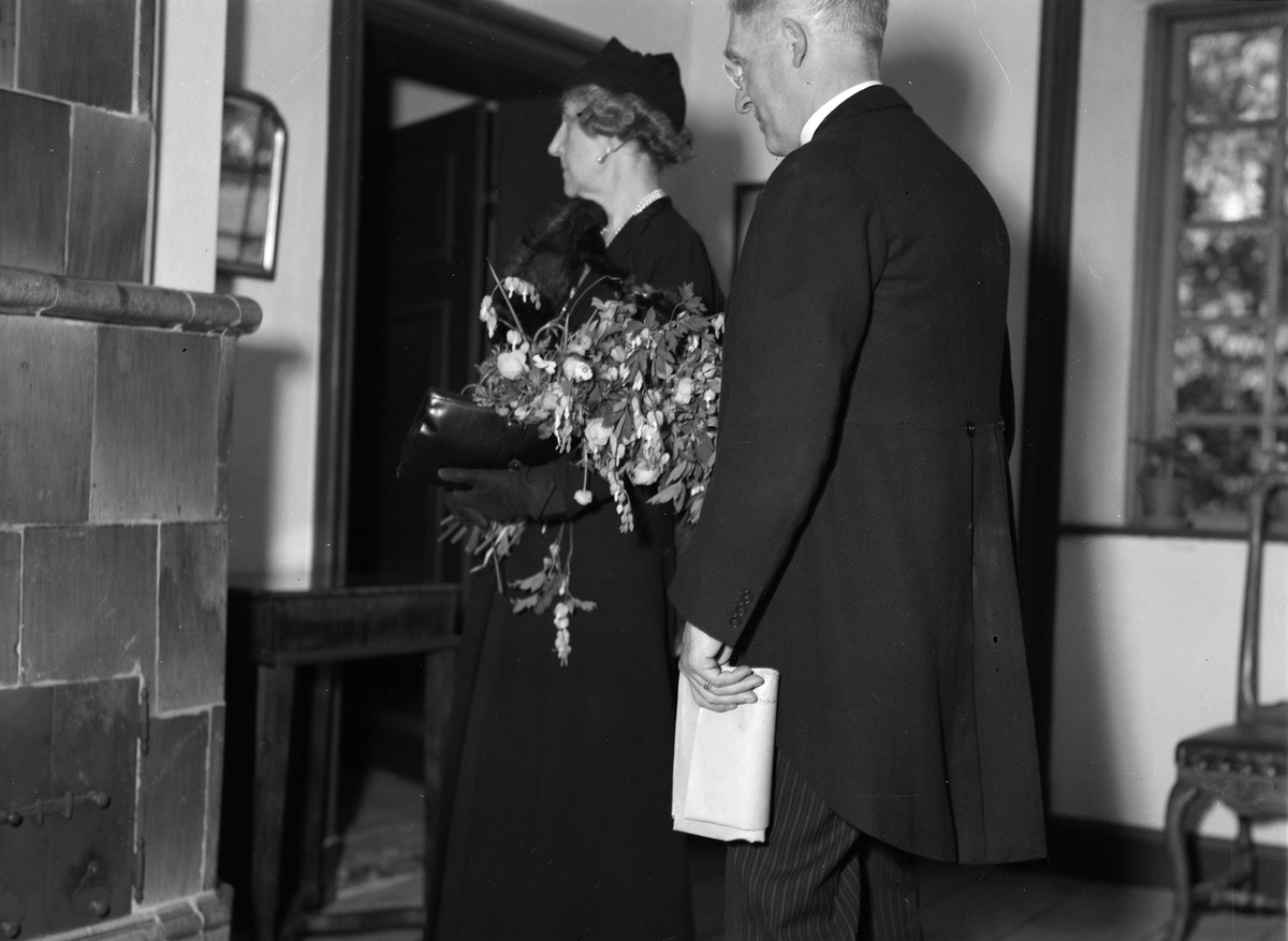 Prinsessan Ingeborg med sällskap i Linnémuseet, Uppsala 1944