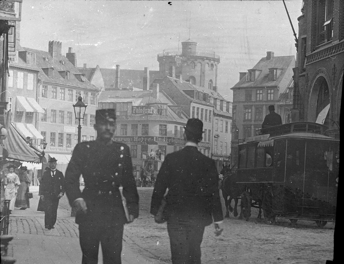 Skioptikonbild med motiv från Köpenhamn. Rundetårn i bakgrunden. Bilden har förvarats i kartong märkt: Kjöpenhamn. 1.