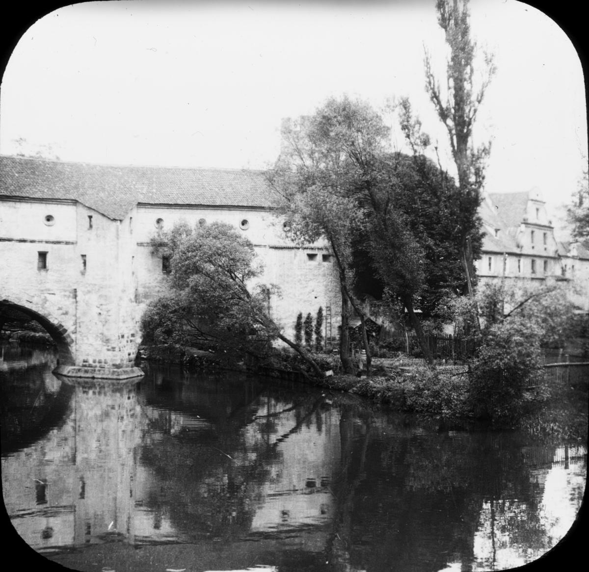 Skioptikonbild med motiv av bron Stadtbrille i stadsmuren Amberg. Bilden har förvarats i kartong märkt: Bamberg 7. Amberg 3.