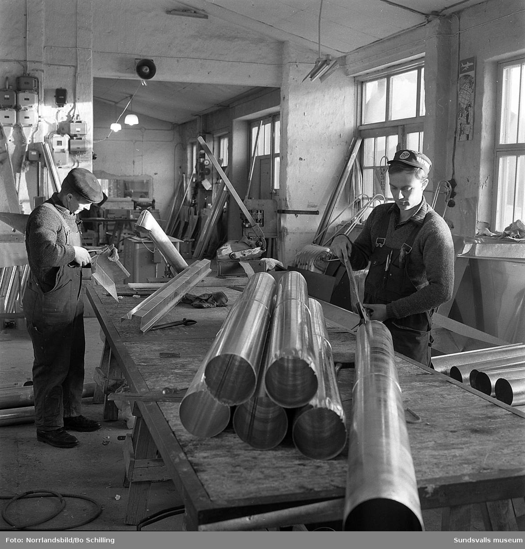 I en plåtverkstad förbereds ventilationsrör för BPA:s byggen i Nacksta och Selånger.
