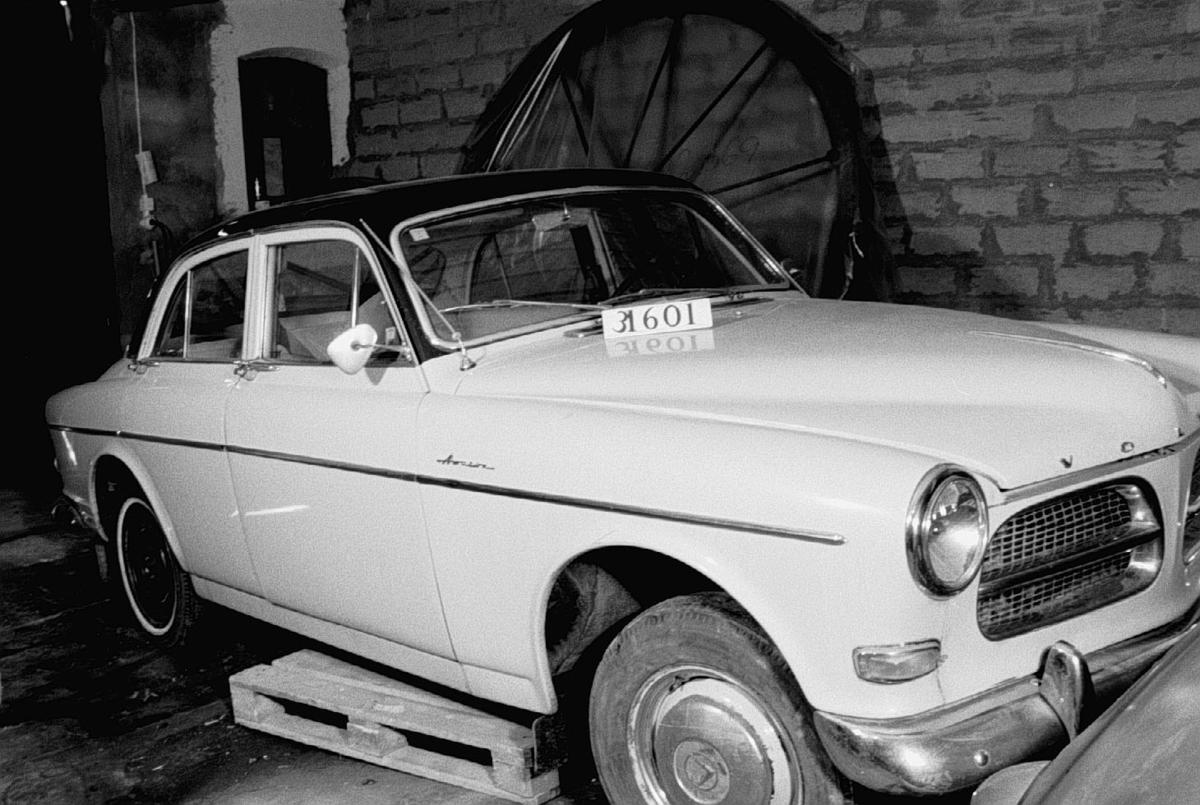 Fyradörrars täckt personbil för fyra samt förare. Framsätets ryggstöd är nerfällbara vilket gör den bäddbar. Bilen har helsvetsad stålkaross s.k. pontonkaross. Motortyp B16A. Bosch elsystem. En Amazonskylt på framskärm och bakre stötfångarhorn saknas. Registreringsnummer BA48305.  Fyrcylindrig bensinmotor, cylindervolym 1,6 liter Effekt 60 hk vid 4 500 varv/minut Tre växlar och backväxel