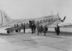 """Douglas DC 3, """"Örnen"""" vid Bromma. ABA:s Douglasmaskin ankomm"""