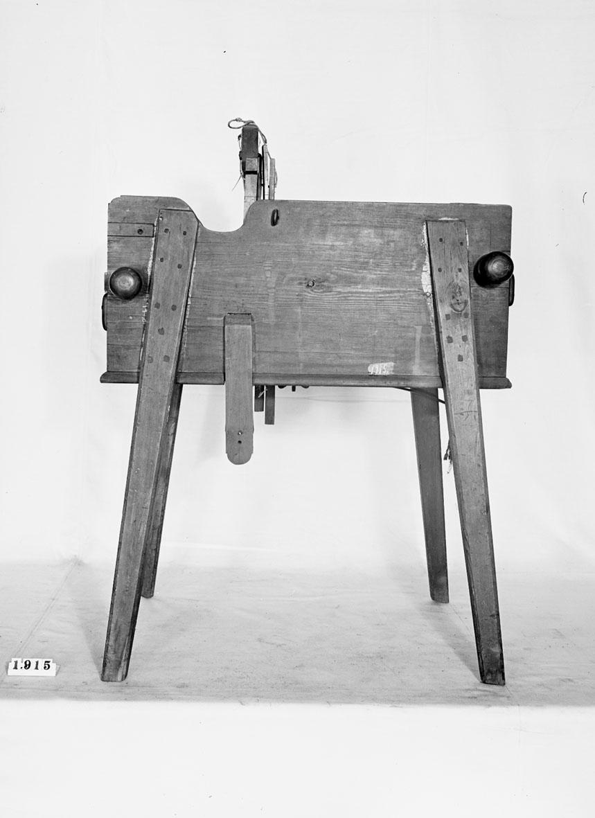 """Bandvävstol. Text på föremålet: """"N:o 12. Invention af .... Wäfstol. Inventor Comercie Rådet och Comend. af Nordst: o: ... hr: Polhem. ?-d-8 85""""."""