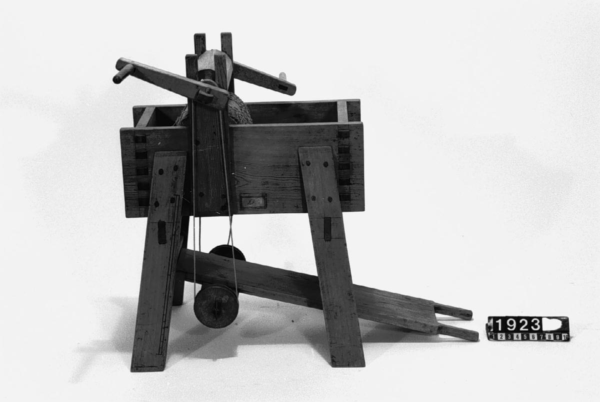 """Modell av ulltvättningsinrättning. Text på föremålet: """"N:o 237. Modell på ulltwättnings Machin. Inventerad af Commercie Rådet och Commendeurn af Kongl: Nordst: Orden Herr Christ: Polhem. 13. C-b-2""""."""