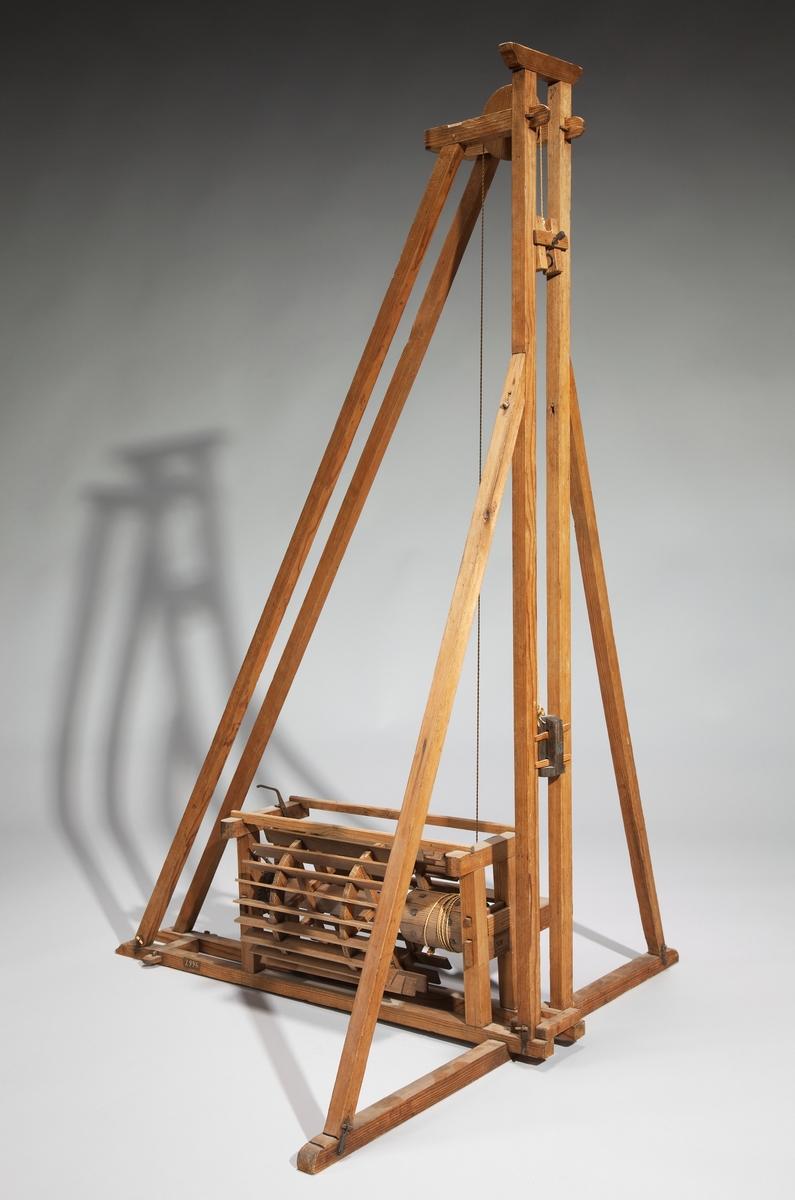 Modell av pålkran, driven med tramphjul. Text på etikett på föremålet: N:o 60. XIII.1
