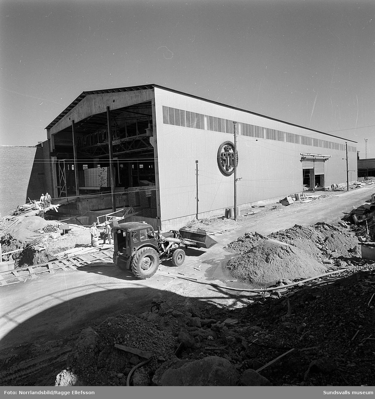 Exteriörbilder på byggnader vid Tunadals sågverk och även en del pågående byggnadsarbeten.