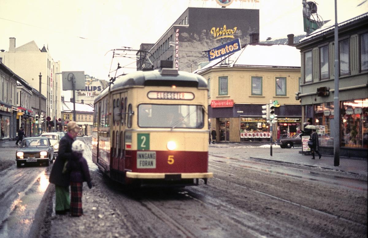 Sporvogn i Olav Tryggvasonsgate. Trondheim Sporvei vogn 5 i linje 2 til Elgeseter.