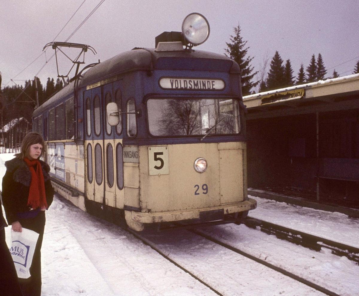 Trondheim Sporvei vogn 29 kjører inn på holdeplassen Herlofsonløypa.