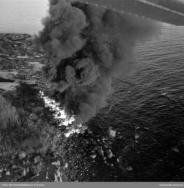 Oljebränning på stränderna vid Lörudden efter den norska oljetankern Gogstad som strandade och bröts sönder vid Bremö kalv den 1 december 1964.
