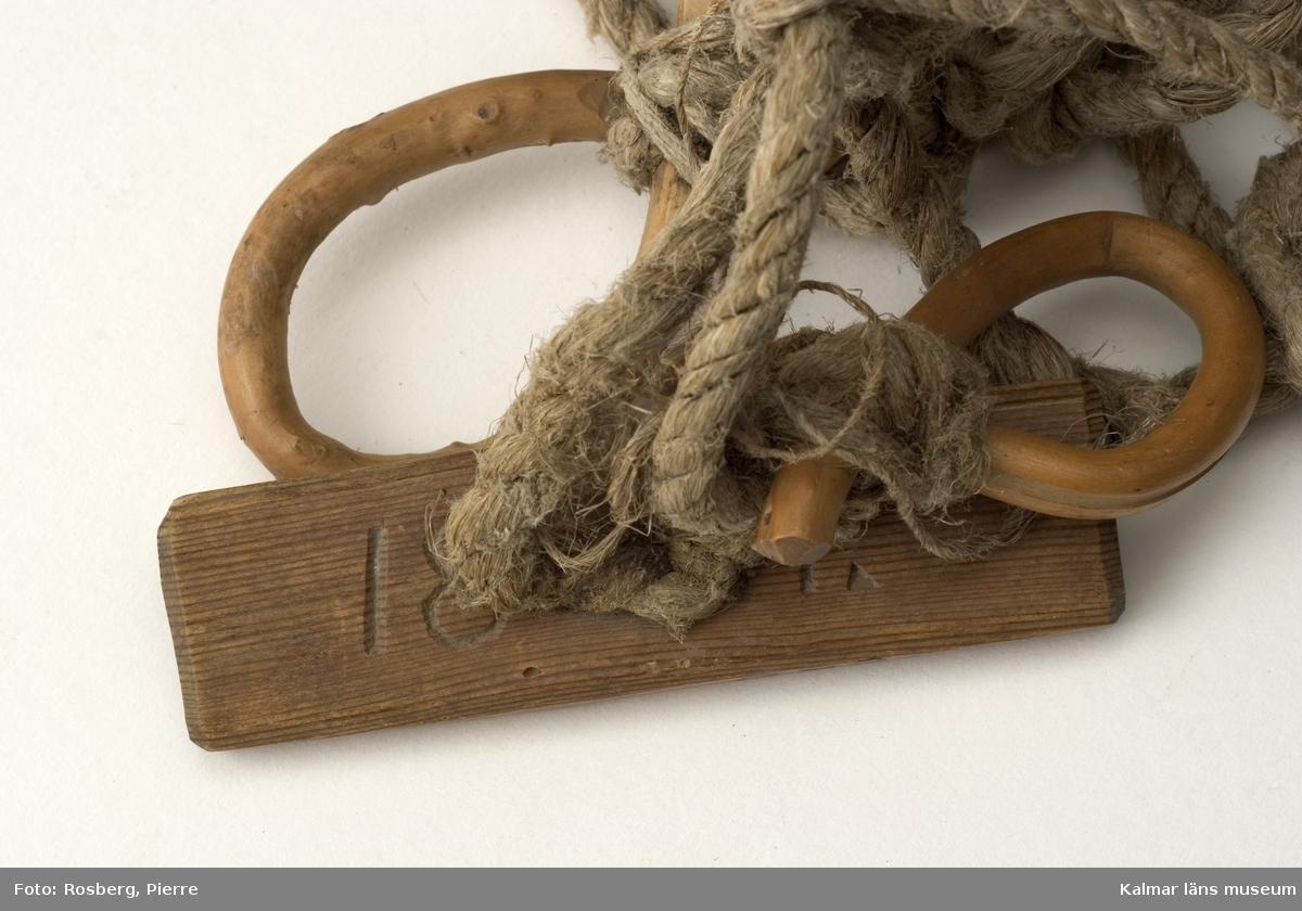 KLM 8896. Vargnät. Användes vid jakt av varg. Grovmaskigt nät bundet av naturmaterial, troligen hampa. Träbricka med skurna initialer på ena sidan: Y:NES.G:, på andra sidan: 1811. Öglor och pinnar av trä för upphängning.