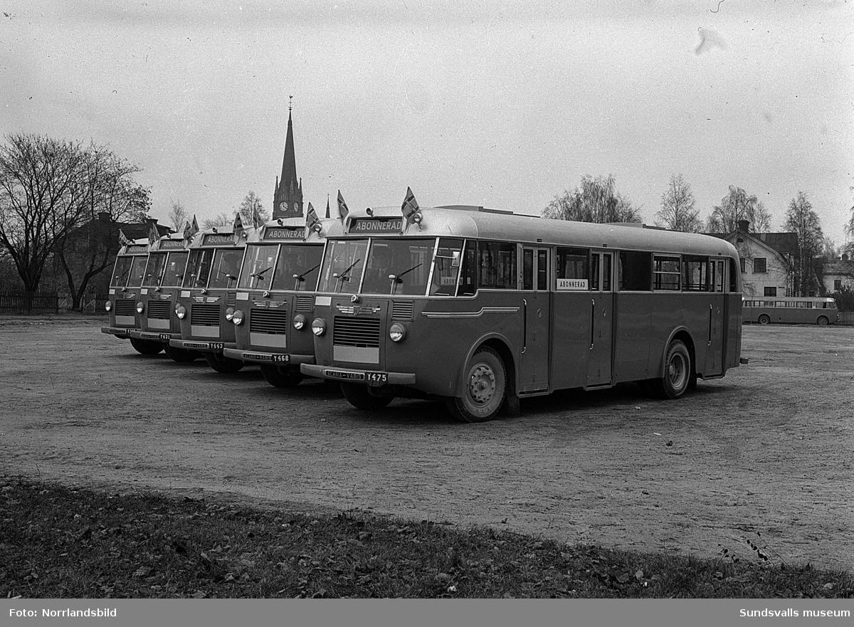 Bussar uppställda på rad på Västra plan, där Åkersviksskolan numera (2016) ligger. Bakom bussarna syns bland annat Kronohäktet och Västra domsaga.