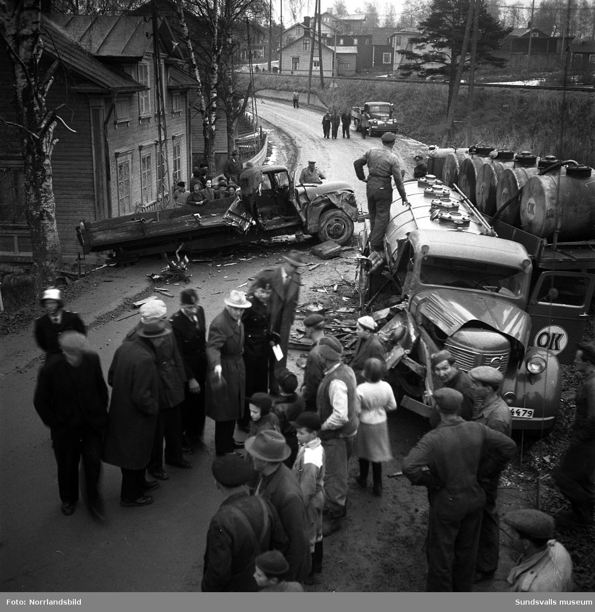 En tankbil och en lastbil har krockat i Kubikenborg. Omkring syns gammal numera (2016) riven bebyggelse i närheten av järnvägen.