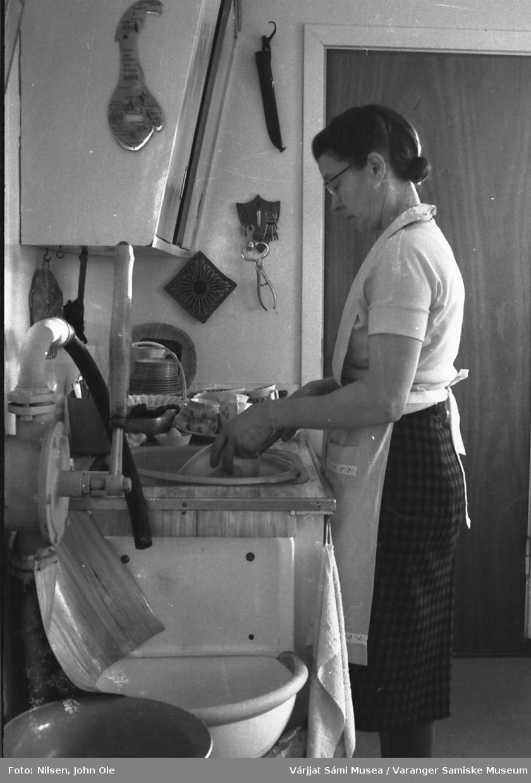 Signe Nilsen holder på med oppvasken hjemme på kjøkkenet i Bunes. 1967.
