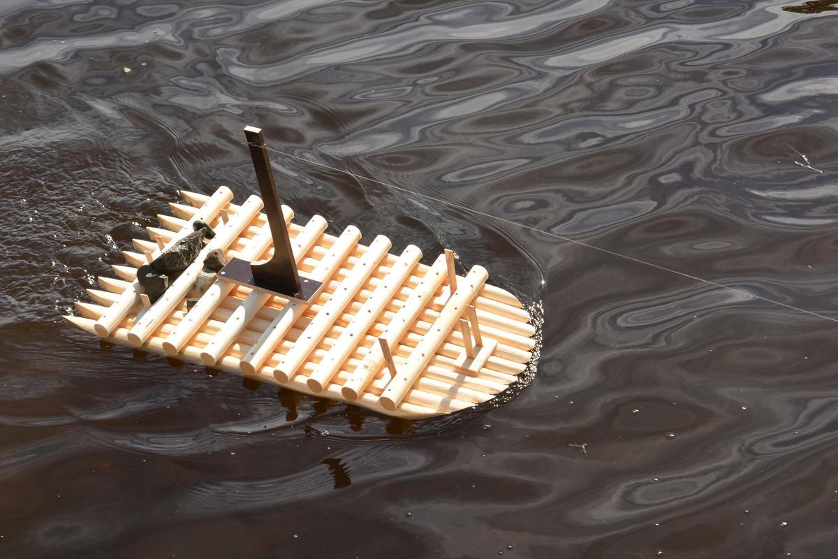Litt testing underveis, med fiskestang i elva. (Foto/Photo)