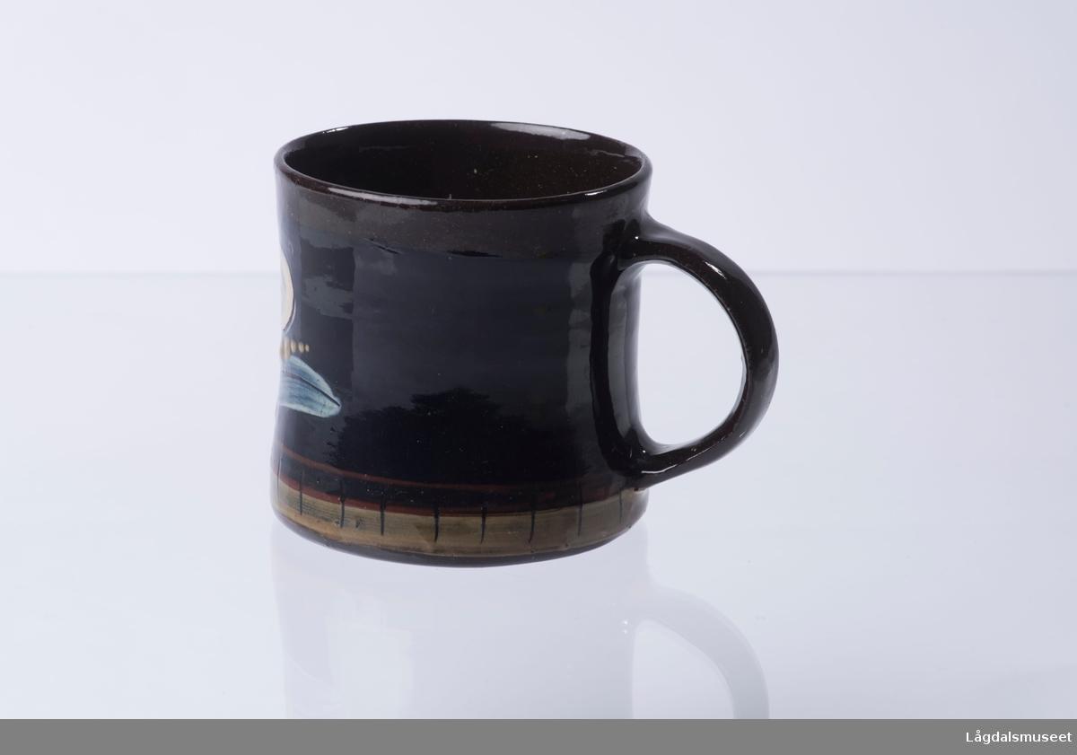 Motivet på koppen viser en blomst.