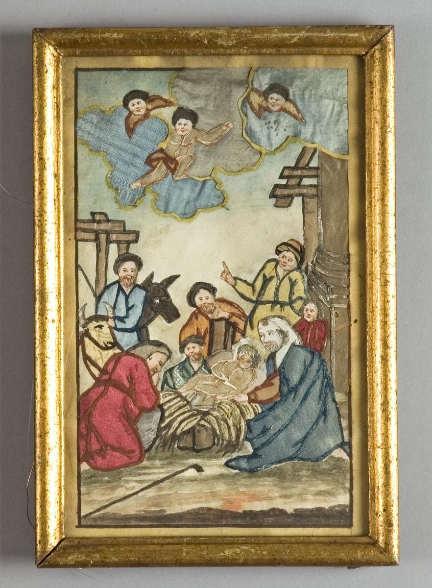 Jesusbarnet i krubban omgivet av Josef, Maria och herdarna samt en åsna och en oxe. Ovanför tre änglar på moln, t.v en pelare, på marken ligger en stav. Motivet omges av en målad ram.