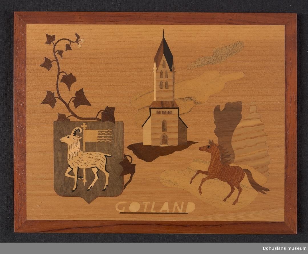 """Landskapstavla med namnet GOTLAND med landskapsvapnet, en stående vädur bärande en korsprydd stång. Ikoniska motiv typiska för landskapet inlagda i intarsiateknik av fanér i olika ljusa och mörka träslag. Några mindre bitar är infärgade i grönt och rött. Lackad.  Motiven avbildar murgröna, Dalhems kyrka, rauken Jungfrun och ett gotlandsruss. Intarsian är skuren så att träets naturliga mönster skickligt medverkar till och understryker motivens former och volymer.  Beskrivande etikett av papper på baksidan med texten: Landskapstavla """"GOTLAND """". Motiv: Vapnet, Murgröna, Dalhems kyrka, Rauken Jungfrun, Russ.  Träslag: Alm, Ybam, Guarana, , Mahogny, Ask, Svart päron, Valnöt, Limba, Grå björk, Lönn.  Tillverkad av: Bohus Intarsia, Uddevalla. Komponerat av: Konstnär B. Ekman. Generalagent: Firma Walter Mideskog, Motala. På baksidan en upphängning."""