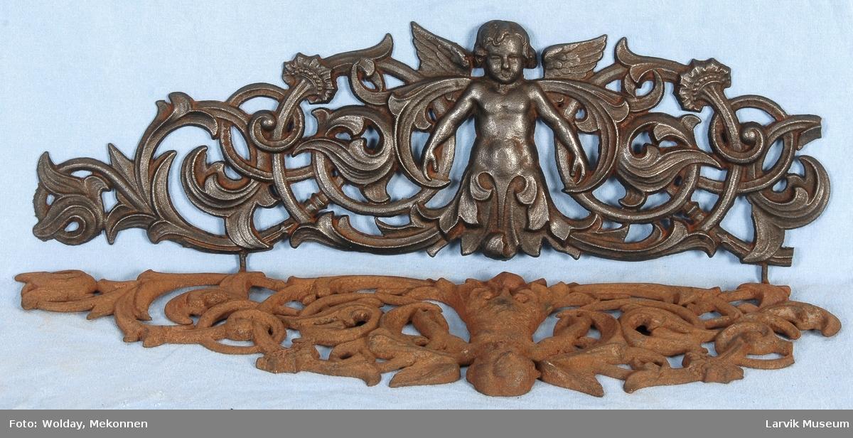 Midtstil barnefigur i form av engel omsluttet med blad-ornamentikk