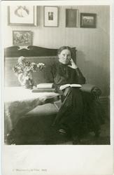 Vykort med porträtt på Alma Jacobson, Johanna Brunssons vävs