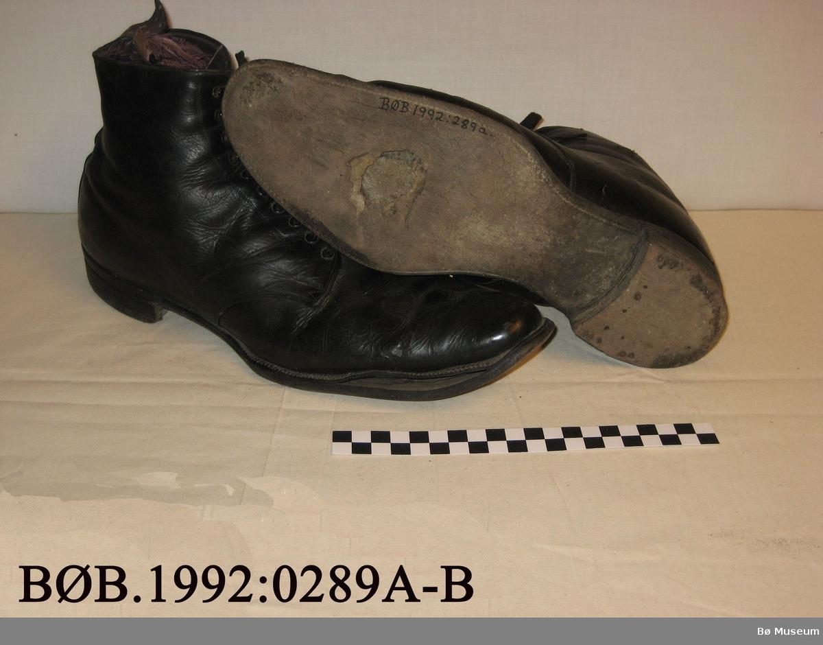 Halvhøge sko med hemper og lisser. Spisse. Funne på loftet i Bø Landmannsforretning.