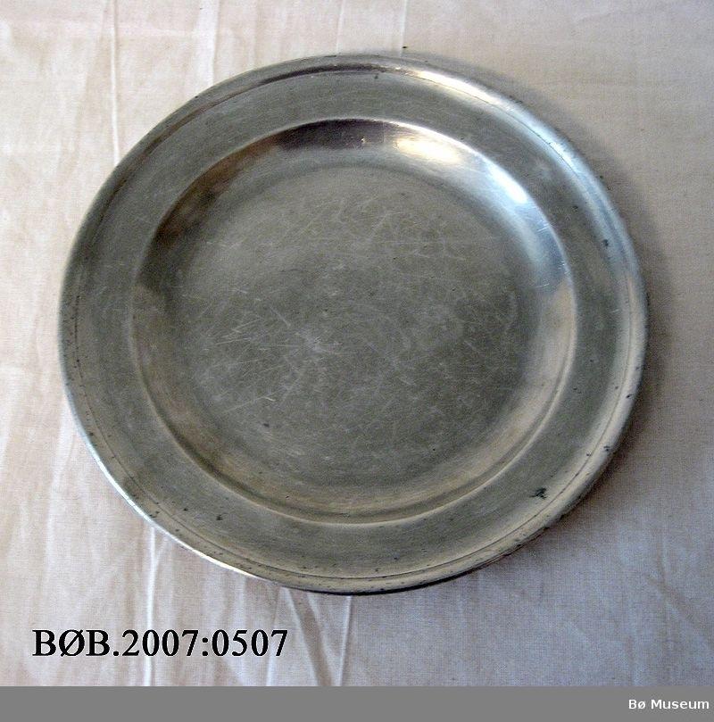 Rundt tallerken. Det er stempel baksida av tallerkenen.