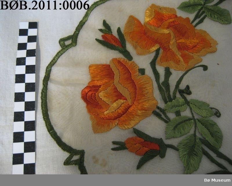 Ornamentaktig mønster med slyngende former. Blomster, blader, ruter og akantusaktige, stiliserte former.