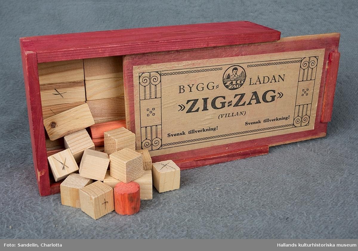 """Bygglådan """"Zig-Zag."""" Låda med skjutlock, röd. Byggklossar, ofärgade och röda."""