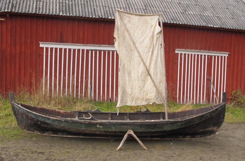 Gammel innherredsbåt med stamnsegl. (Dette står riktignok i tofta og ikke i stevn). Denne båten er litt større enn en to-kne færing.