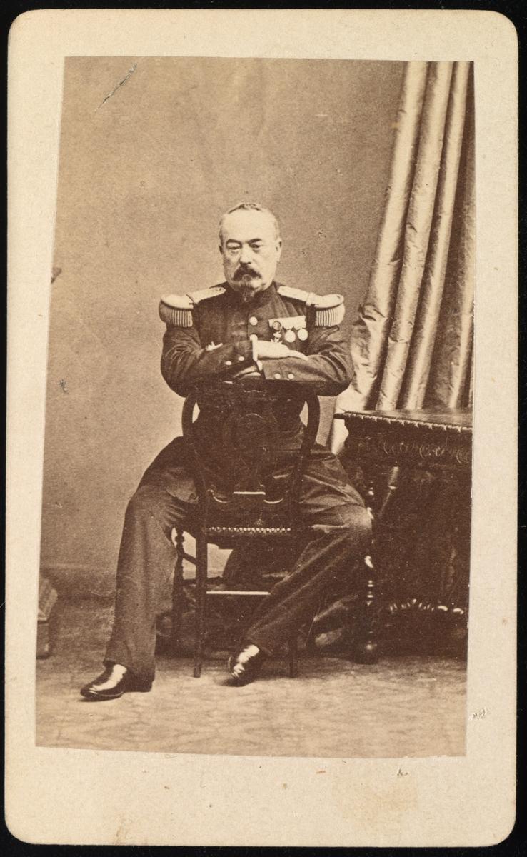 Bildet av ukjent mann i uniform.