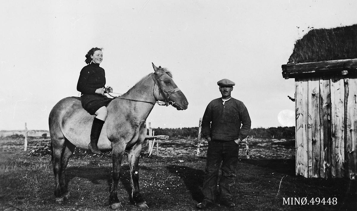 Stais-vollen, Inger Sæther på hesteryggen, og Emil Eide.