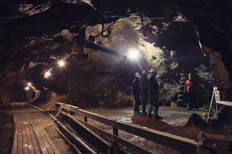 Guiden tar deg med på en spennende tur inne i Gammelgruva.