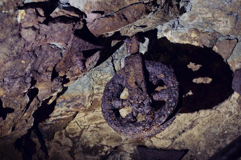 Verktøy og gjenstander av jern blir fort angrepet av rust i Gammelgruva. Her er ei talje som er igjen etter drifta. (Foto/Photo)