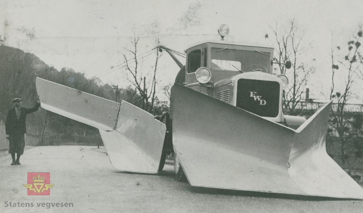 FWD lastebil med sideplog forarbeidet av Sør-Trøndelag Fylkes Veivesen, 1936-1937, i følge merking i album.
