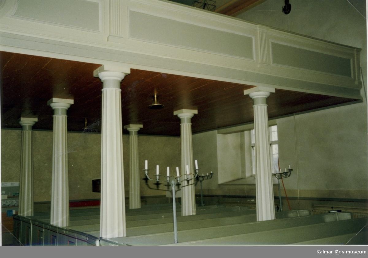 Interiör från Målilla kyrka, med kolonnerna till orgelläktaren.
