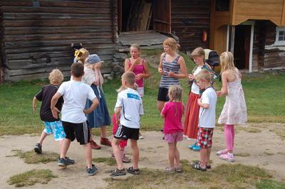 Unger i lek på Dølmotunet
