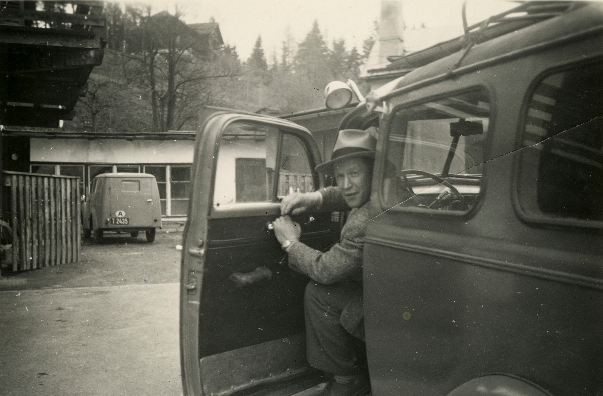 Birger Ruud in car at the Kongsberg Ski Factory