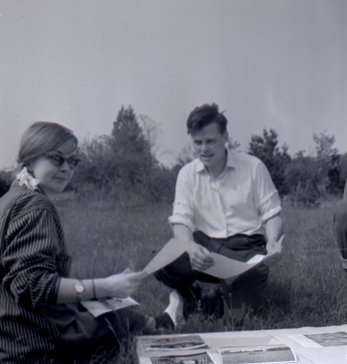 Ulf Erik hagberg och fil.stud. Charlotte Öhnstad, eventuellt Gudrun Sahlgren vid Skedemosse 15/6 1962.