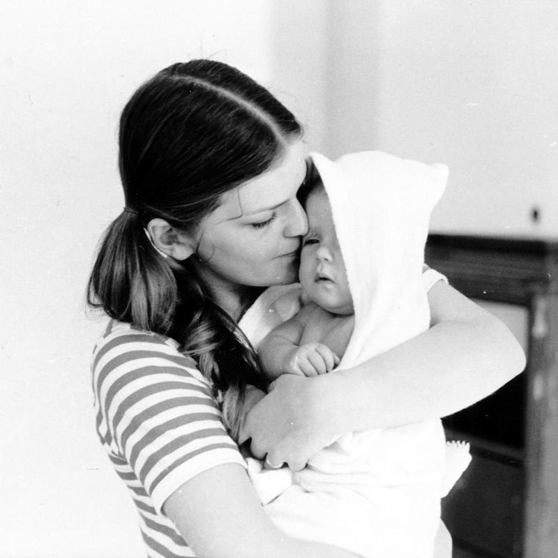 Mor og barn. Beboere i Wessels gate 15 i 1970.