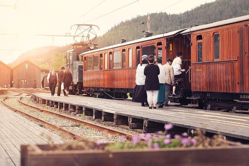 Ta plass. Klart for tog på Løkken stasjon.