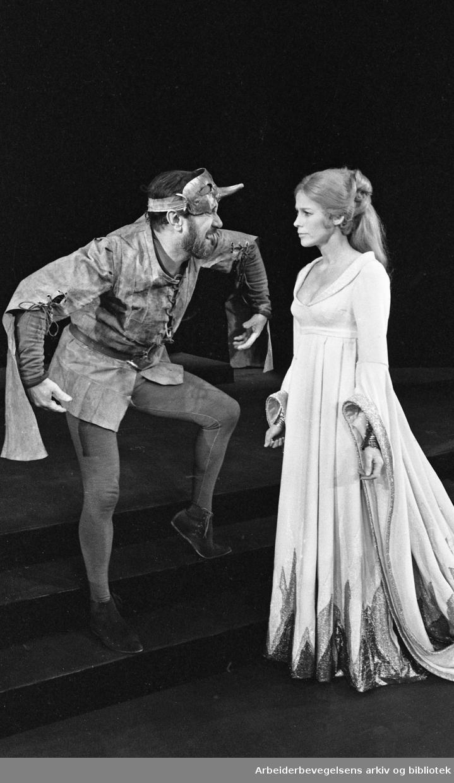 Nationaltheatret. Hovedscenen..NARREN OG HANS HERTUG av Stein Mehren. .Premiere: 16.01.1969..Espen Skjønberg i rollen som Hans van Nicklashausen og Henny Moan som Flora.