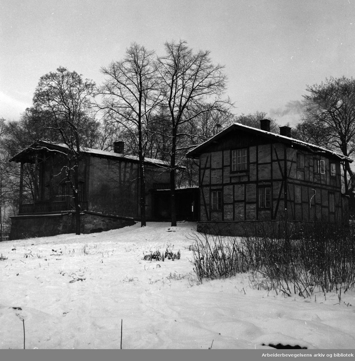 Heibergløkken. Bygget for professor Chr. Heiberg i slutten av 1840-årene. Desember 1953.