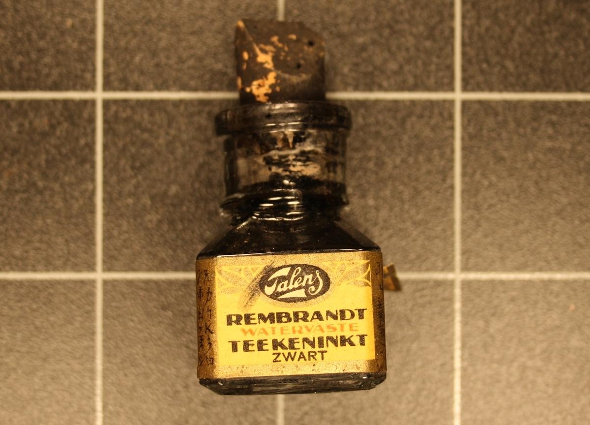 Form: Lita kvadratisk flaske med kork.