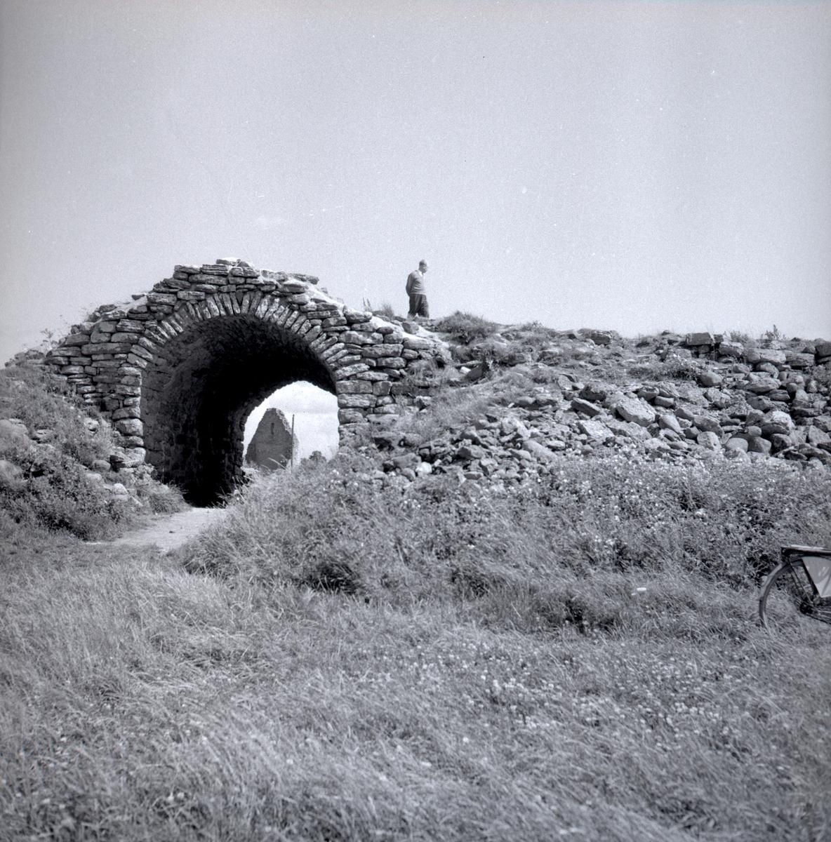 Gråborg. S:t Knuts kapell syns genom valvet.  Ölands största fornborg, anlagd under järnåldern men i bruk ända in i historisk tid. Intill borgen finns en medeltida kapellruin och byn Borg med ett välhävdat odlingslandskap. Gråborg är Ölands största fornborg och även en av Sveriges största anläggningar i sitt slag. Liksom Ismanstorp är den belägen centralt på ön. Borgen har tidigare benämnts Backaborg men denna benämning har efter hand flyttats över till den närliggande byn Borg.  Borgmuren omsluter en yta på 210 x 160 meter och ringmurens höjd varierar 4-7 meter. Murens ursprungliga höjd har uppgått till cirka 8-10 meter med en tjocklek på cirka 10 meter. I nordväst finns en port med ett medeltida valv som förstärkt med kalkbruk. Borgen har tidigare haft ytterligare två portar, en i norr och en i söder. Enligt äldre källor har den befintliga porten tidigare krönts av ett mindre torn, även den södra porten har haft ett torn.  Källa Länsstyrelsen.
