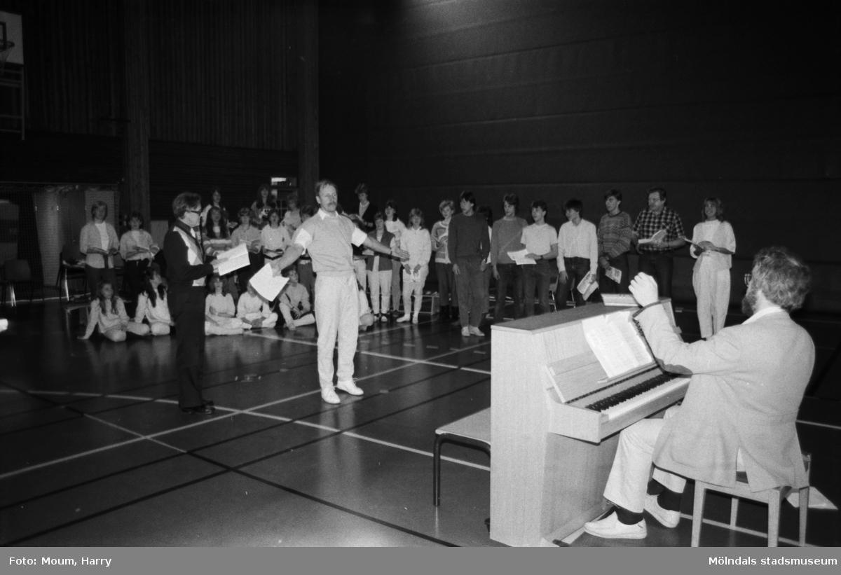 """Temavecka på Ekenskolan i Kållered, år 1984. Repetition av musikalen Joseph. """"Jan Ivar Blixt vid pianot instruerar kör och dansare.""""  För mer information om bilden se under tilläggsinformation."""